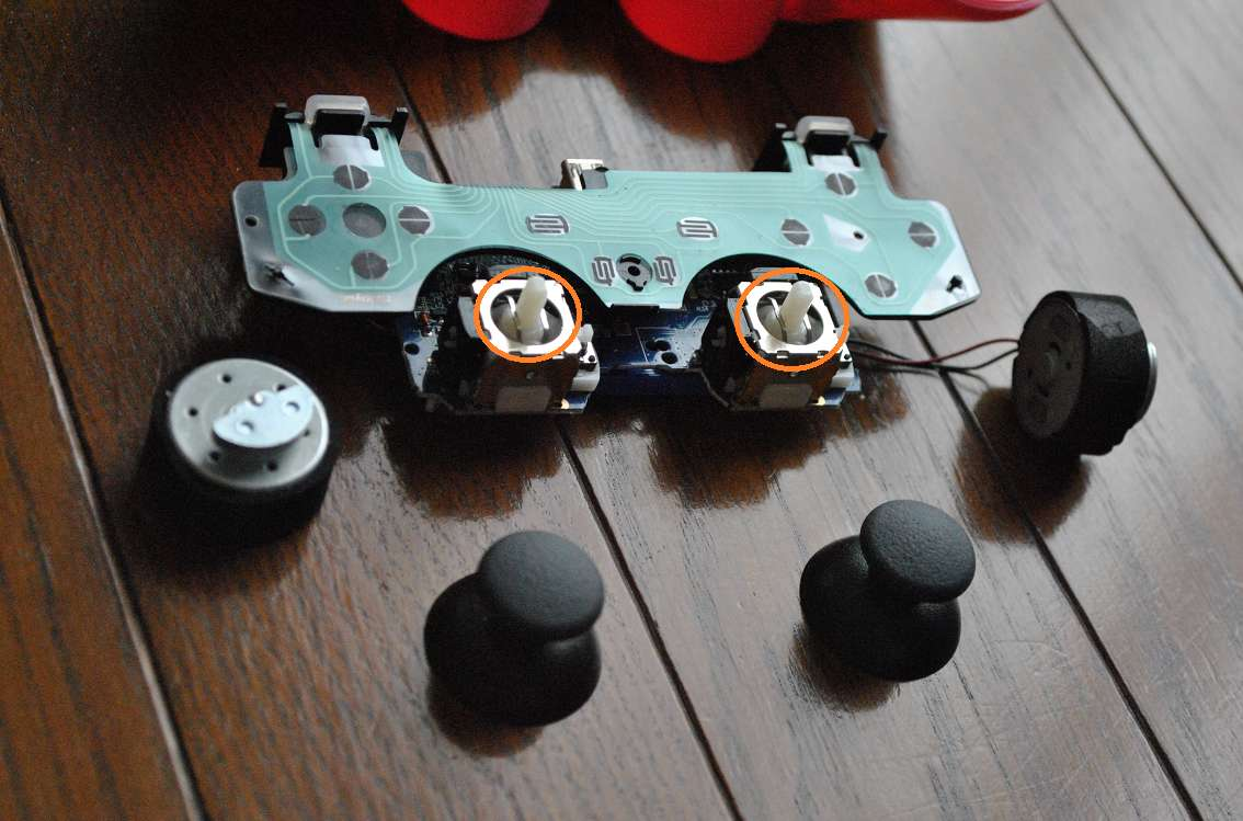 PS3コントローラーの基盤を外す3