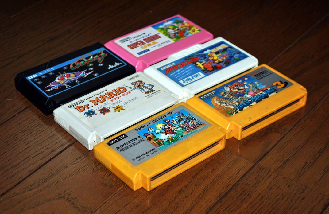 ファミリーコンピュータのカセット6本(ギャラガ、アトランチスの謎、ドクターマリオ、スーパーマリオブラザーズ、スーパーマリオブラザーズ3、スーパーマリオUSA)