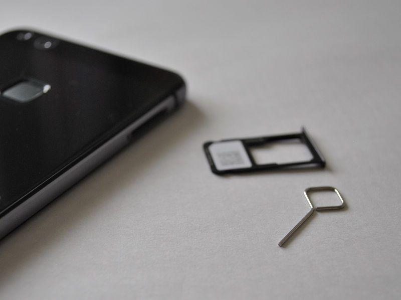 LINEモバイルのSIMカードをP10 liteにセットする写真